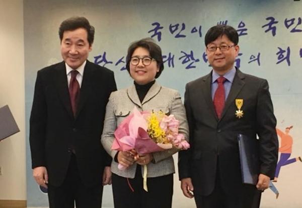 사진1. 이재훈 의사(왼쪽에서 세번째)가 이낙연 국무총리와 기념촬영을 하고 있다.