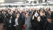 '3.1절 범국민대회 준비를 위한 시민단체장 회의'가 1일 낮 세종문화회관 세종홀에서 열렸다. 행사 말미, 참석자들이 다 함께 태극기를 들고 만세삼창을 외치고 있다.