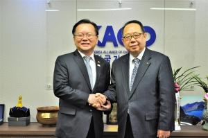 왼쪽이 김부겸 행안부장관, 오른쪽은 한기연 대표회장 이동석 목사.