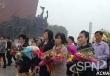 북한 주민들이 김일성. 김정일 동상에 회환을 바치는 모습(사진=조선중앙통신)
