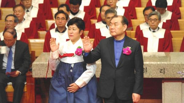 영락교회 제6대 위임목사인 김운성 목사(오른쪽)와 그의 사모가 서약을 하고 있다.