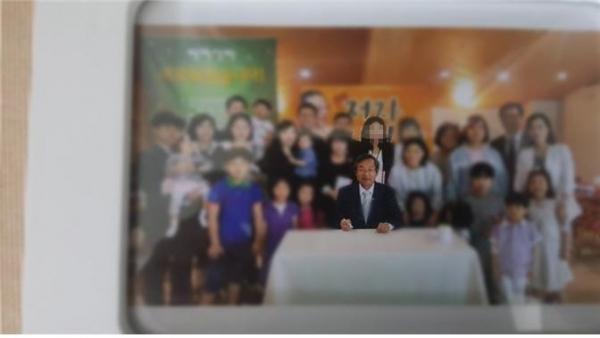 성락교회는 이 모 씨가 안수기도 받은 당시, 신도림동 크리스천세계선교센터 로비에서 다함께 찍은 기념사진을 증거자료로 내놓았다. ©성락교회 제공