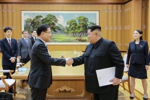 정의용 특사대표(왼쪽)가 김정은 위원장(오른쪽)에게 문재인 대통령의 친서를 전달하고 있다. 맨 오른쪽은 평창올림픽을 계기로 한국을 방 문했던 김정은 위원장의 동생 김여정.