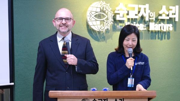 왼쪽이 폴란드 순교자의 소리 대표 마첵 윌코스(Maciej Wilkosz) 목사. 오른쪽은 통역을 담당한 한국 순교자의 소리 대표 폴리 현숙 목사이다.