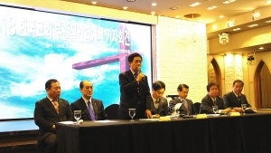 한국교회부활절연합예배가 오는 4월 1일 연세대 노천극장에서 열린다. 이를 위한 기자회견이 16일 오전 CCMM빌딩에서 있었다. 준비위원장 김진호 목사(기성 총무, 일어선 이)가 경과보고를 하고 있다.
