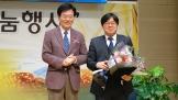 희망나눔재단 이사장 이정익 목사(왼쪽)가 수상자 채영삼 박사와 기념촬영을 하고 있다.