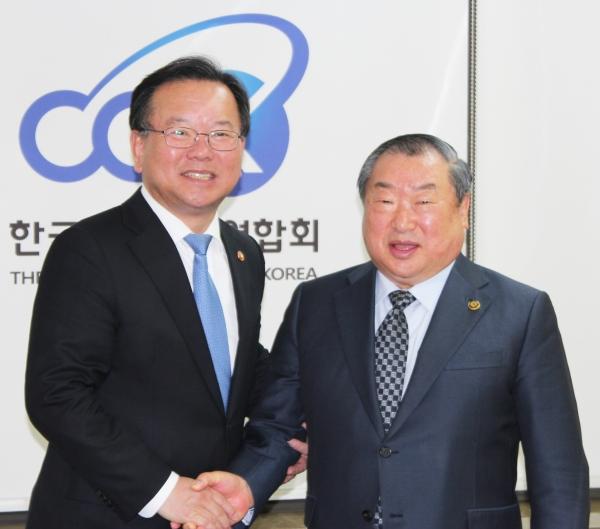 행정안전부 김부겸 장관(왼쪽)이 한기총 대표회장 엄기호 목사와 악수를 나누고 있다.