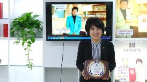 지난 3월 27일 수상했던 대한민국소비자대상을 손에 들고 촬영에 임한 ㈜알파와오메가 박세아 대표. 그녀는 알파와오메가가 최근 내놓은 '에덴'(EDN)이 미세먼지를 잡는데 탁월하다고 설명했다. 그녀는 제품의 성능에 반해 태진아 씨가 직접 홍보대사로 나섰다고도 했다.