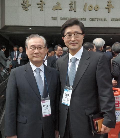 서울동노회 노회장 김권수 목사(오른쪽)와 노회장 후보로 추대한 동신교회 황재영 장로