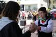 사진1. 장애인 바리스타 배세진(오른쪽)씨가 시민에게 커피를 전달하고 있다.