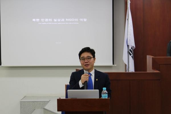 (사진)지난 4일 한동대 올네이션스홀 국제법률대학원 모의법정에서 북한 인권의 실상과 NGO의 역할을 주제로 강연을 펼치는 북한인권운동가 지성호 나우(NAUH) 대표