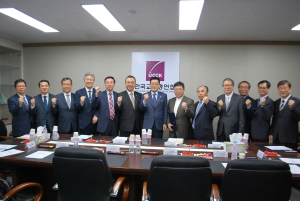 한국교회총연합(이하 한교총)이 최근 본부 회의실에서 상임위원장에 대한 임명장 수여와 위원장 간담회를 가졌다