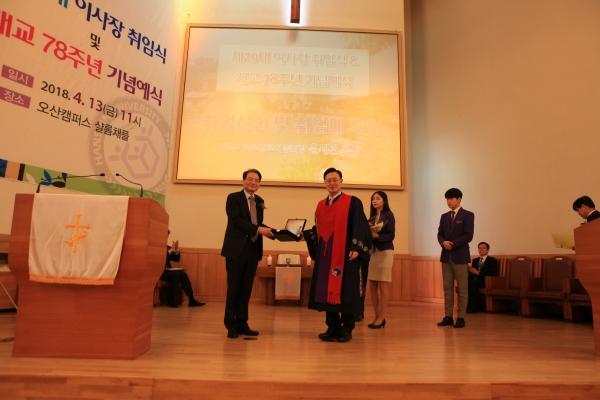 사진 왼쪽이 신임 이사장 김일원 목사.