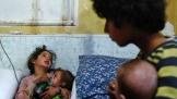 얼마 전 시리아에서 독가스 공격이 발생한 후 임시 병원으로 옮겨진 환자들이 산소 마스크를 쓰고 있다. ⓒ VOA