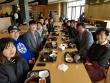 (사진1)장순흥 총장과 김광수 총학생회 회장 등이 지난 17일 학생식당에서 '총장님과 함께 하는 아침 식사' 이벤트로 준비한 무료 아침밥을 같이 먹었다