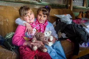 [사진제공=월드비전] 곰인형을 들고 있는 난민 아동 2