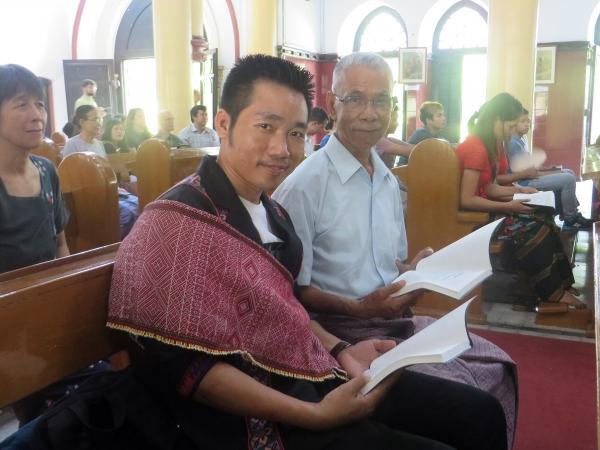 성경을 받고 기뻐하는 레미 부족 사람들