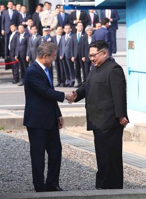 악수를 나누는 문재인 대통령과 김정은 국무위원장