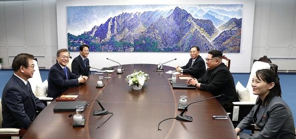 평화의 집 2층에서 오전 정상회담을 시작하는 문재인 대통령과 김정은 국무위원장