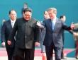 김정은 국무위원장을 평화의 집으로 안내하는 문재인 대통령, 담소를 나누며 큰 손짓과 함께 웃고 있다.