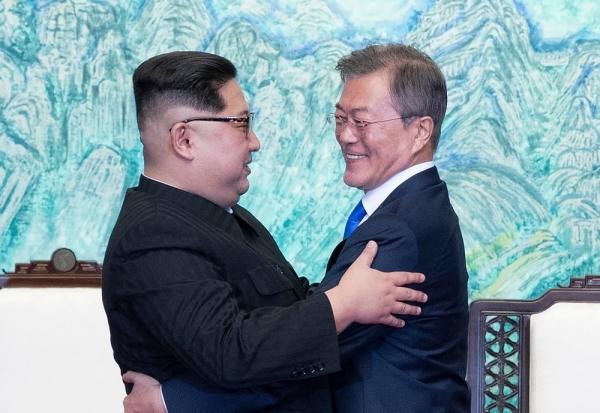판문점선언에 서명한 후 민중기 화백의 '북한산' 작품 앞에서 포옹하는 두 정상