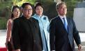 서태지의 '발해를 꿈꾸며'가 배경음악으로 흘러나오고, 문재인 대통령과 김정은 위원장이 함께 레드카펫을 걷고 있다.