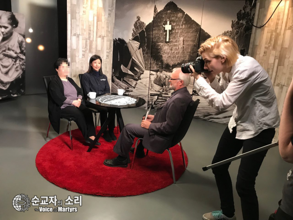 한 핀란드 TV 방송국에서 리포터와 인터뷰를 하고 있는 변 자매