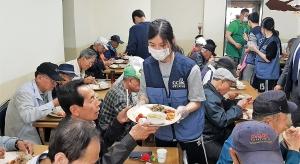 한국기독교연합(대표회장 이동석 목사)은 지난 5월 7일 오전 서울역 급식센터인 신생교회(김원일 목사)에서 특별한 사랑의 밥퍼 행사를 가졌다.