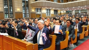 제55회 전국목사장로기도회에 모인 예장합동 총회 목회자와 장로들이 함께 한 마음으로 뜨겁게 기도하고 있다.