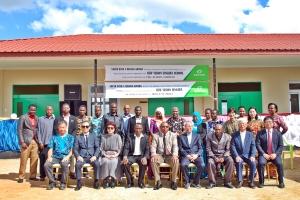 사진1. 4월 24일 탄자니아 뉴비전 신기다 스쿨 준공식에서 관계자들이 기념촬영을 하고 있다.