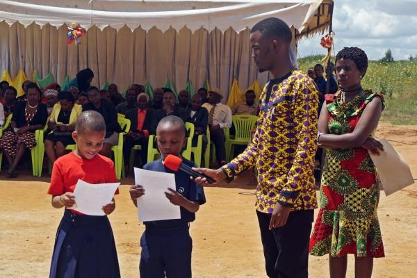사진2. 4월 24일 탄자니아 뉴비전 신기다 스쿨 준공식에서 아동들이 감사편지를 낭독하고 있다.