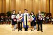 연세대 김용학 총장(가운데)이 연세사회봉사상 수상자 단체사진들과 기념촬영을 하고 있다.