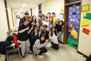 (사진1)라영안 교수팀 학생들이 담임 교수 연구실 문 꾸미기를 마친 후 다 함께 기념사진을 찍고 있다
