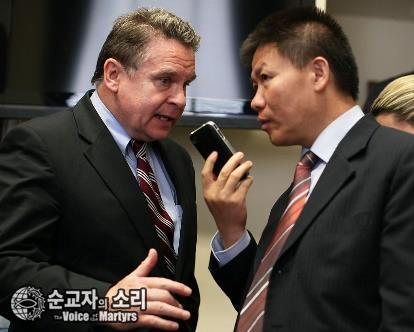 중국 지하교회 성도인 천광청과 미국 하원의원을 전화로 연결해주고 있는 밥 푸 목사