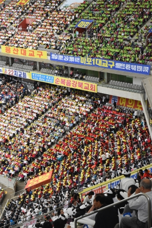 여의도순복음교회가 18일 서울 상암동월드컵 경기장에서 창립 60주년 기념 '한반도 평화와 희망나눔을 위한 기도대성회'를 개최했다.