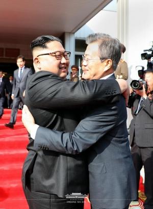문재인 대통령과 김정은 위원장이 26일 두 번째 정상회담을 마친 후 헤어지며 포옹하고 있다