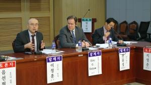 """""""공적 영역에서의 종교의 자유""""를 주제로 열린 포럼에서 이정훈 교수(왼쪽에서 첫 번째)가 발제하고 있다."""
