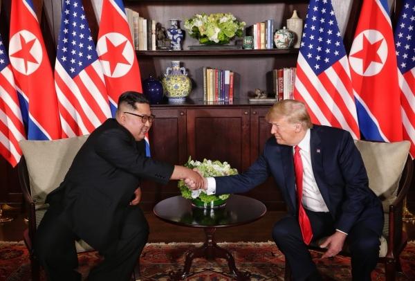 트럼프 대통령과 김정은 위원장이 회담장에서 악수하는 모습