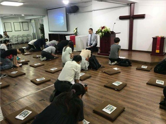 최근 교회 몇몇의 성도들과 리더들이 수감된 후에도 기도회에 참석한 이른비언약교회 성도들