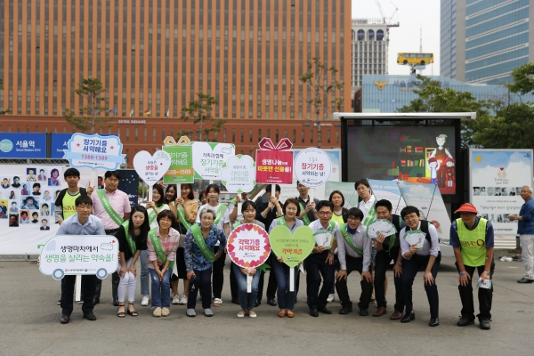 서울역 광장에서 거리캠페인을 펼치고 있는 모습 (1)