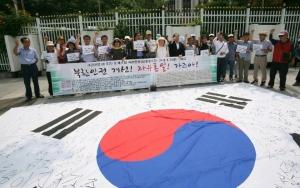 제4회 '북한인권자유통일주간'을 위한 기자회견과 함께 진행된 퍼포먼스.