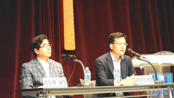 백석대 주도홍 교수와 통일코리아 대표 배기찬 원장이 질의 응답 시간을 가지고 있다.