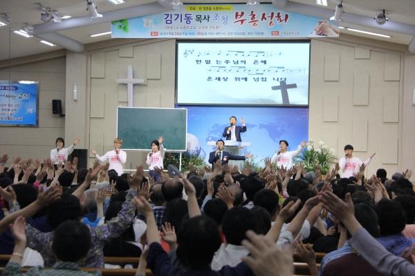 김기동목사가 설교를 전하고 있다.