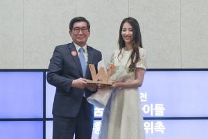 홍보대사 위촉식 사진: (왼쪽부터) 월드비전 회장 양호승, 배우 박하선