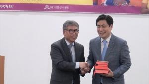 대한성서공회 권의현 사장(왼쪽)과 신촌성결교회 박노훈 목사.