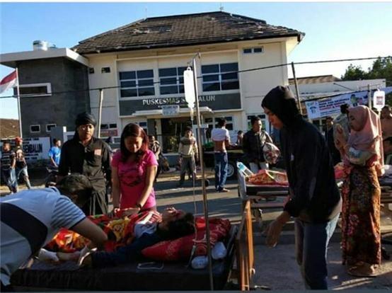 인도네시아의 연이은 지진으로 주민들이 불안에 떨고 있다.