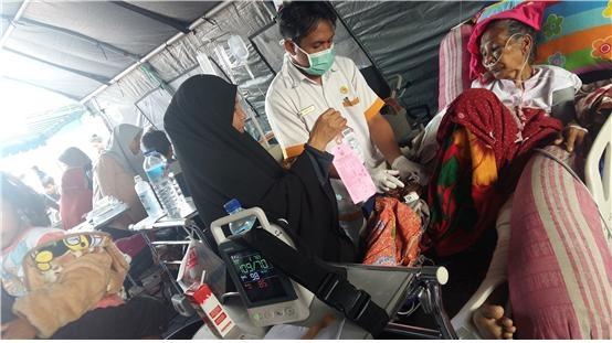 병원도 붕괴 위험에 처했다. 임시 처소에서 치료받고 있는 환자들.