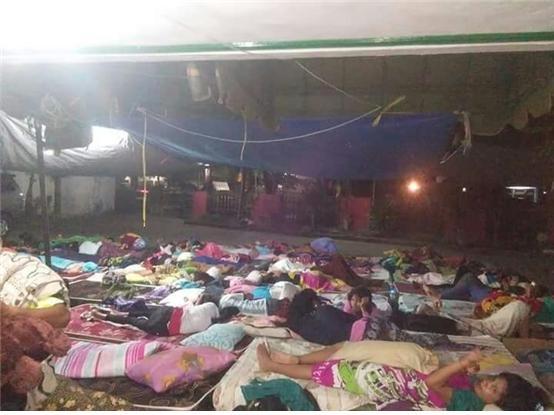 주민들은 여진의 불안과 공포에 떨며 운동장 등에 마련된 임시처소에서 지내고 있다.