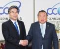 민갑룡 신임 경찰청장(왼쪽)과 한기총 대표회장 엄기호 목사.