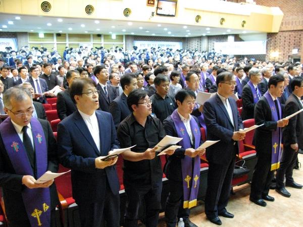 ''총회헌법수호를 위한 예장목회자대회'에 모인 예장통합 목회자들. 모두 검은 옷을 입고 엄숙한 마음으로 행사에 참여했다.